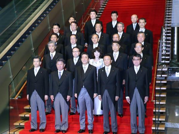 初閣議を終え、記念写真に納まる安倍内閣の新閣僚(2日午後、首相官邸)