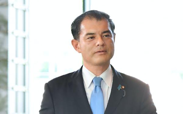 文科相に決まり、首相官邸に入る柴山氏(2日)