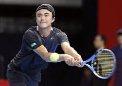 シングルス1回戦で敗れたダニエル太郎(2日、武蔵野の森総合スポーツプラザ)=共同