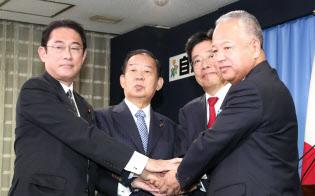 記者会見後、手を取り合う(右から)甘利選対委員長、加藤総務会長、二階幹事長、岸田政調会長(2日午前、党本部)