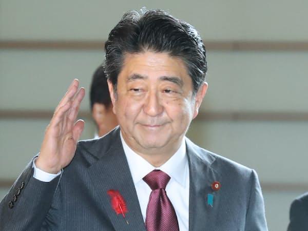 首相官邸に入る安倍首相(3日午前)