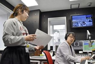 「FMいるか」の宮脇寛生局長(右)と新人の下唐湊祐莉さん(9月25日、北海道函館市)=共同