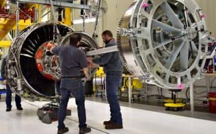 GEは買収マシンさながらに企業を買収してきた。写真は米インディアナ州のGEの工場で組み立てられる航空機エンジン=ロイター