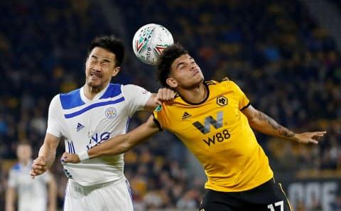 9月25日、イングランド・リーグカップで相手選手と競り合う岡崎(左)=ロイター