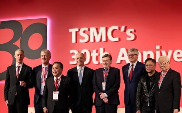 エヌビディアやクアルコムなどの顧客企業トップと並ぶTSMCの張氏(右)(17年、台北市)