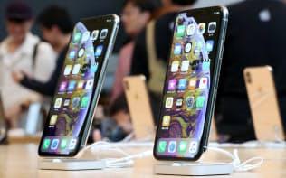 「iPhone XS」(右)と「iPhone XS Max」