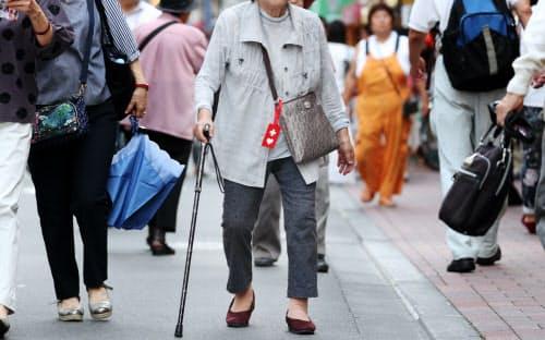 金融庁は、95歳まで生きるには夫婦で約2000万円の金融資産の取り崩しが必要になるとの試算を示した