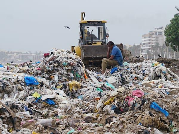 飲料各社は環境配慮の容器導入を急ぐ(インドの海岸に打ち上げられたプラスチックごみ)