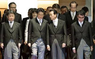 第4次改造内閣の記念撮影に臨む安倍首相(中央左)ら。外交チームの閣僚は前列よりにいた(2日夜、首相官邸)=共同