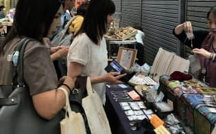 掘り出し物を求める買い物客(大阪・新世界)