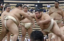 秋巡業で、千賀ノ浦部屋所属として相撲を取る貴景勝=右(3日、東京都大田区)=共同