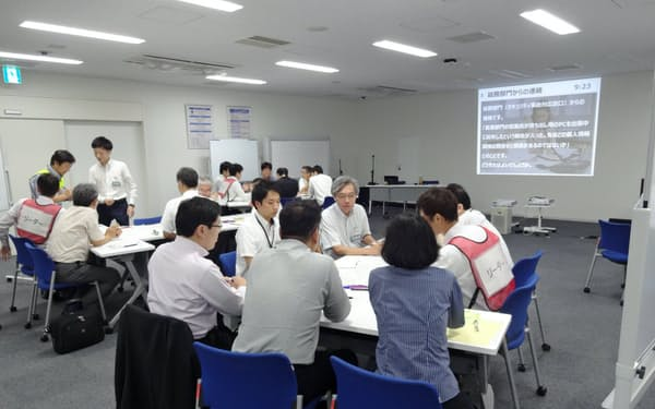 演習ではグループに分かれ、次々と判明するシナリオへの対応を経験した(9月5日、さいたま市)