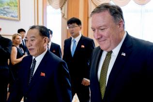 7月に訪朝した際のポンペオ米国務長官(右)と金英哲朝鮮労働党副委員長(平壌)=ロイター