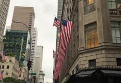 ニューヨーク・Sacks Fifth Avenue外観 米国旗の列