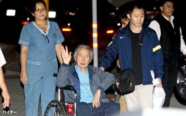 1月、車いすに乗り病院を出るペルーのフジモリ元大統領(リマ)=ロイター