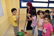 日本式の教育を導入したエジプトの公立学校で教師が子どもに掃除を教える(カイロ郊外)