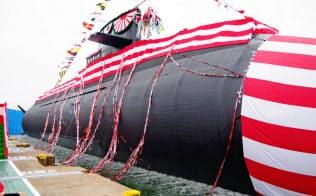 くす玉が割られ、進水する潜水艦「おうりゅう」(神戸市の三菱重工業神戸造船所)
