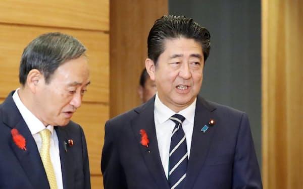 臨時閣議に臨む安倍首相(4日午前、首相官邸)