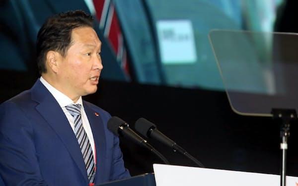 4日、韓国中部・忠清北道に完成した新工場で文在寅大統領を前にあいさつするSKグループの崔泰源会長