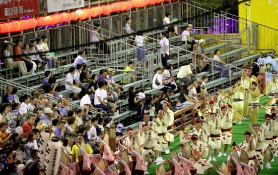 今年の阿波おどりは主催者交代の混乱で空席も目立った(8月、徳島市)