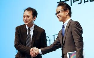 新会社設立を発表し握手を交わすトヨタ自動車の友山茂樹副社長(右)とソフトバンクの宮川潤一副社長(4日午後、東京都千代田区)