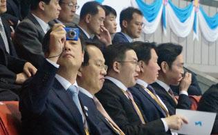 蒋柄圭氏(左)は先端産業の南北協力に慎重だ(平壌写真共同取材団撮影)