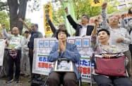 名張毒ぶどう酒事件の再審開始を求め、名古屋高裁前で気勢を上げる支援者ら。手前中央は奥西勝元死刑囚の妹、岡美代子さん(4日午後)=共同