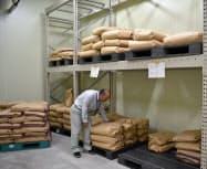 気温10度、湿度30%に保たれた県の専用倉庫に保管されるコメの原種(山形市)