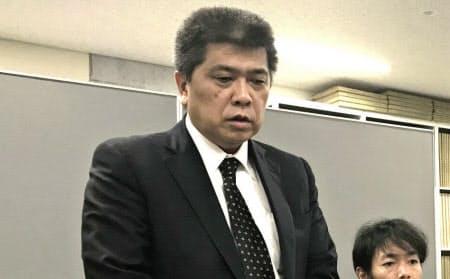 五島産業汽船の野口社長(左)は4日、長崎市で会見し、自己破産の申請を決めたことを明らかにした