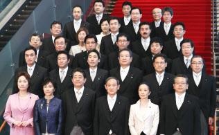 認証式を終え記念撮影に臨む副大臣(4日午後、首相官邸)