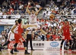対戦する千葉(赤のユニホーム)と川崎の選手たち(4日、船橋市総合体育館)=共同