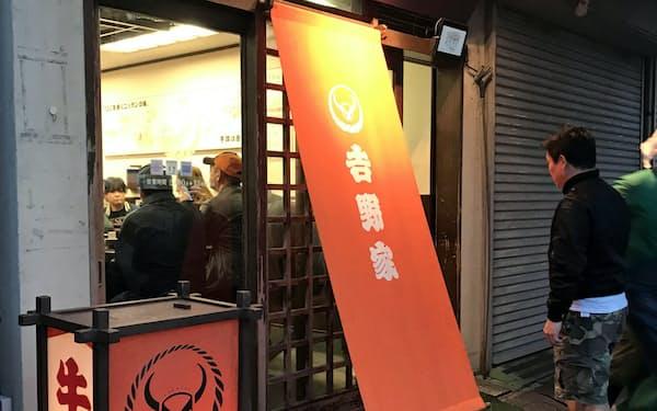 吉野家築地一号店は開店時間の午前5時から市場関係者でにぎわう(4日、東京・中央)