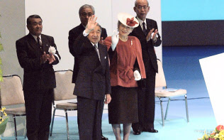 「奄美群島日本復帰50周年記念式典」で、出席者に手を振る天皇・皇后両陛下(2003年11月16日)