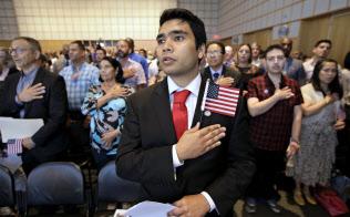 血統ではなく個人の努力で市民権を取得できる制度は米国特有ではない(米ボストンでの市民権付与式)=AP