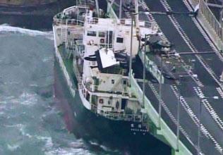 台風21号の強風で関空連絡橋に衝突したタンカー(9月4日午後)=近畿地方整備局提供