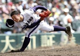 8月、全国高校野球選手権大会で力投する金足農の吉田投手=共同