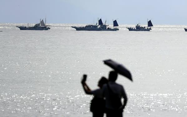 清水港の沖合に広がる駿河湾。帆を立てた釣り船のシルエットが海原に浮かび上がる=矢後衛撮影