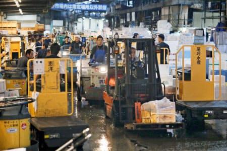 早朝、フォークリフトや小型作業貨物車が行き交う(9月)=三村幸作撮影