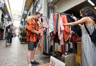 あいりん地区には外国人の姿が目立つ(9月、大阪市西成区)