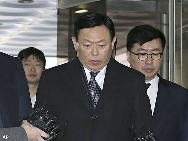 韓国ロッテグループの辛東彬(重光昭夫)会長(2月13日、ソウル中央地裁)=AP