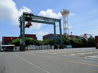 三井E&Sマシナリーが改造工事を受注したコンテナ移送用クレーン(東京港)