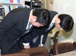 記者会見で謝罪するスルガ銀行の有国三知男社長(左)(5日午後、日銀本店)