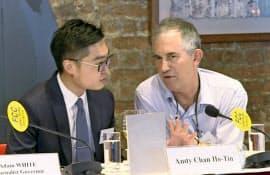 香港政府にビザ更新を拒否されたFT編集者のマレット氏(右)=AP