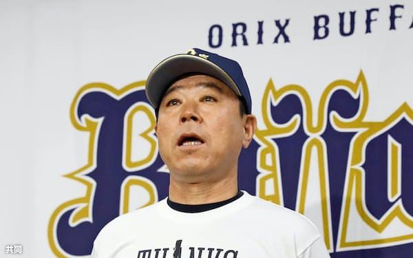 記者会見するプロ野球オリックスの福良淳一監督(5日、京セラドーム)=共同