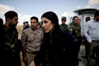 2017年6月、イラク北部でクルド自治政府治安部隊の兵士らにあいさつするナディア・ムラド氏=ロイター