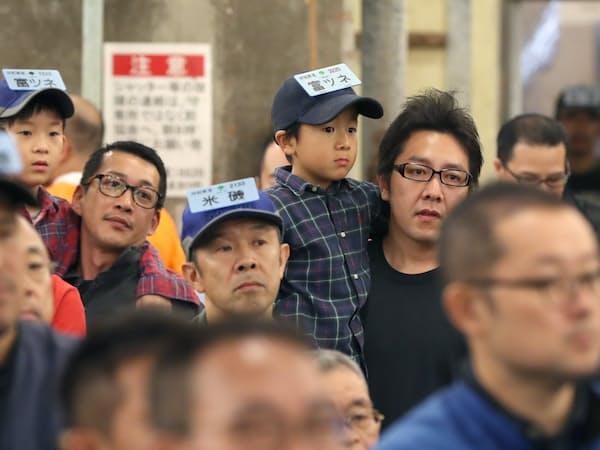 閉場のセレモニーで市場関係者のあいさつを聞く仲買人ら(6日午前、東京都中央区)