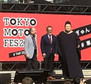 車とバイクの祭典にソフトバンクグループの孫正義会長兼社長(左)も登場した(6日、東京・台場)