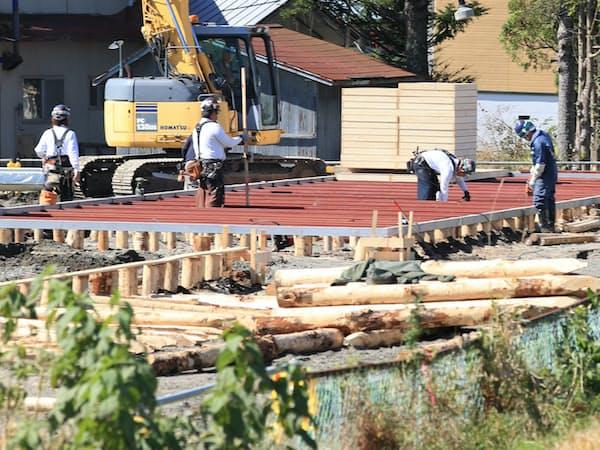 作業が始まった仮設住宅の建設現場(4日、北海道厚真町)