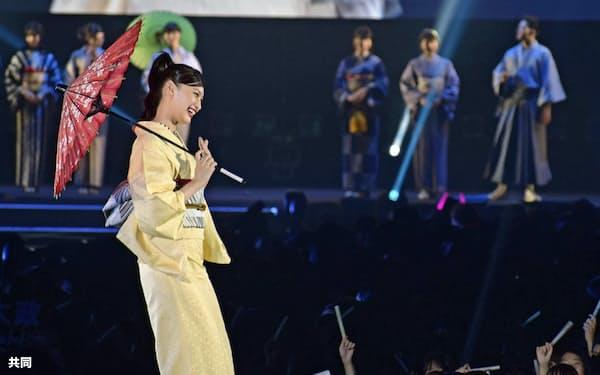 博多織の姿を披露する大政絢さん(6日、北九州市)=共同