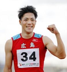 成年男子100メートルで優勝し、笑顔の広島・山県亮太(6日、福井県営陸上競技場)=共同
